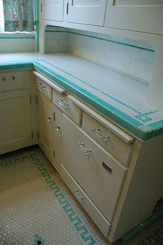 New kitchen retro decor turquoise ideas Kitchen Retro, 1930s Kitchen, Old Kitchen, Vintage Kitchen, Retro Kitchens, Vintage Tile, Aqua Kitchen, Kitchen Floor, Kitchen Tiles