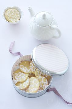 Pretty iced biscuits! Pretty you delicious!  Aline. :)