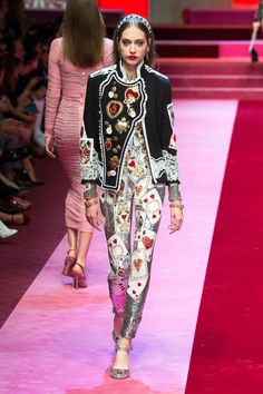 The complete Dolce & Gabbana Spring 2018 Ready-to-Wear fashion show now on Vogue Runway. Fashion 2018, Fashion Week, Runway Fashion, Fashion Models, Fashion Outfits, Womens Fashion, Fashion Trends, Spring Fashion, Dolce & Gabbana