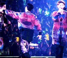 xiulay hugging in the middle of the performance 1/3