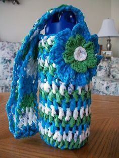 Quick and easy plarn grocery tote pattern with link for how to make plarn