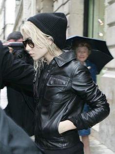 Ashley Olsen rocks the beanie. *Sigh* we love her. #toquecute