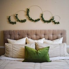 New Pic Boxwood Wreath above bed Thoughts The most popular aspect of DIY is obtaining brand new, low-cost techniques to help make dwelling dé Diy Wall Art, Diy Wall Decor, Bedroom Decor, Bedroom Ideas, Home Decor Hooks, Diy Home Decor, Boxwood Wreath, Wreaths, Lit Simple