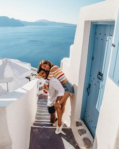 Best Photo Spots In Santorini (With Map) - Travel Couple Santorini Honeymoon, Greece Honeymoon, Greece Vacation, Greece Travel, Greece Trip, Santorini Beaches, Honeymoon Night, Honeymoon Ideas, Honeymoon Pictures