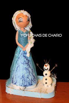 Frozen en la mesa dulce   Aunque no lo parezca no salimos del tema de las primeras comuniones pues esta fantástica Elsa protagonista de Frozen es para culminar una mesa repleta de golosinas!  comunión cumpleaños hadas vestido