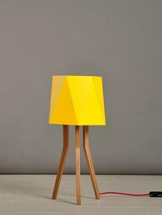 Lámpara de mesa Josefina Tripod Lamp, Lighting, Home Decor, Wood Lights, Lamp Shades, Minimalist Style, Standing Lamps, Natural Wood, Yellow