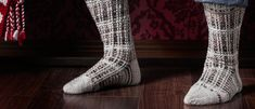 Kokosimme viisi erilaista miesten villasukkaohjetta. Katso ohjeet Kotiliesi.fi:stä ja äänestä mielestäsi hienoimmat miesten villasukat! Socks, Men, Fashion, Moda, Fashion Styles, Sock, Guys, Stockings, Fashion Illustrations
