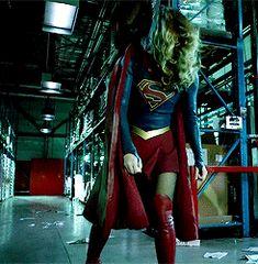 When ur hair gets in ur face Melissa Marie Benoist, Supergirl Superman, Supergirl 2015, Batwoman, Batgirl, The Cw, Dc Tv Series, Dc Comics, Melissa Supergirl