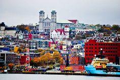 St.John, Newfoundland, Canadá  Nombrada como una de las ciudades más coloridas y bellas del mundo en el top 100, se encuentra San Juan de Terranova, la capital de Terranova y Labrador en Canadá.   Es uno de los asentamientos europeos más antiguos de Norteamérica, y su popularidad es gracias a la conservación de sus estructuras arquitectónicas. Las fachadas de las casas, edificios y locales se han mantenido (la mayoría) sin modernizar, por lo que guardan cierta nostalgia y color.