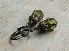 Lust auf ein bißchen Vintage - Stil am Ohr ?    Reichlich bestückt  mit Bronzekäppchen funkeln olivgrüne Glastropfen mit feinem Glanzfinish.    Die Kl