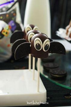 Fledermaus-Geflatter auf dem süßen Halloween-Buffet - super lecker und die perfekte Tischdeko