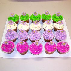 Cupcakes con buttercream a 4 tonos decorados con sprinkles circulos colores y topper papel impreso