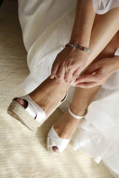 J'ai découvert les add-ons pour s'adapter à votre robe! Wedding Accessories For Bride, Boho Wedding Shoes, Wedding Wedges, Wedge Wedding Shoes, Wedding Dresses With Straps, My Perfect Wedding, Wedding Looks, Pretty Shoes, Cute Shoes