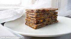 Na 12 – 14 plátků:  150g pohanky 50g kešu ořechů 8ks sušených meruňek 40g sušeného manga plátky 4 PL dýňového semínka 2 PL lněného semínka 3 PL máku 1 PL sušeného rozmarýnu špetka chilli (není nutné) špetka soli