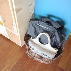 帰宅後かばんの置き場所の悩みは、リビングにカゴとボックスを置いて解決 - 北欧、暮らしの道具店