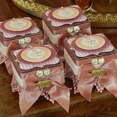 Divinas caixinhas acrílica decoradas tema princesa. Muito amor!!! #personalizados #Lembrançasespecia - artkidspersonalizadosluxo