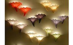 Настенные светильники: [b]Разновидности[/b]   В зависимости от внешнего вида и конструктивных особенностей настенные светильники подразделяют на плафоны и бра. Отдельно стоит