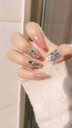 Manicure has become an indispensable part of makeup. If you're in serious need of some nail inspiration this season, then here's the best winter Nail Art Designs Videos, Nail Art Videos, Diy Nail Designs, Simple Nail Art Designs, Acrylic Nail Designs, Sparkle Nail Designs, Makeup Videos, Metallic Nails, Cute Acrylic Nails