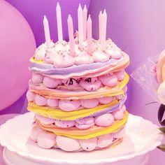 "Priscila Cantinho on Instagram: ""Pavlova em camadas para a Bebella. @isabeletemoteo @xandaviao . #suspiro #suspiros #pavlova"" Pavlova, Birthday Candles, Birthday Cake, Desserts, Instagram, Food, Guava Fruit, Layering, Merengue"