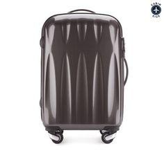 Ultra-lett håndbagasje koffert. Kvalitet, moderne design, TSA kombinasjonslås, tre-trinns teleskop-håndtak og 8 hjul.  Kofferten er laget av svært slitesterk plast – Polykarbonat – og er dekket med et spesielt belegg for å øke motstanden mot riper. To fleksible gummigrep – ett på toppen og ett på siden.  Kofferten inneholder to store rom. Kofferten lukkes med en solid glidelås og låses med din personlige kombinasjonslås. Rommene - i hvert sitt lokk - sikres med sikkerhetsremmer og glidelås. Suitcase, Fashion, Viajes, Moda, Fashion Styles, Fashion Illustrations, Briefcase