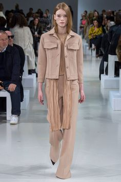 Nina Ricci, trajes cortes clásicos colores tierra