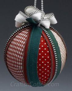 Ame o zipper guarnição neste, enfeite de Natal DIY fácil.  CraftsnCoffee.com.