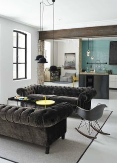 Velvet chesterfield sofa gives this modern room an elegant vibe || @pattonmelo