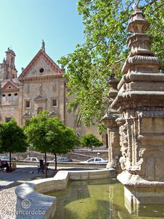 LPlaza del Alpargate o del Cristo de Gracia. Esta plaza fue, desde el medievo, lugar de unión entre la Ajerquía y la expansión de la ciudad al Este.