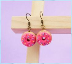 Donut。◕‿◕。 - Frascos Decorados Paso a Paso #Donut #porcelana fria kawaii figuras de #porcelana fria kawaii ideas #porcelana fria kawaii llaveros #porcelana fria kawaii paso a paso #porcelana fria kawaii unicornio Diy Clay Earrings, Funky Earrings, Kids Earrings, Polymer Clay Jewelry, Polymer Clay Charms, Dangle Earrings, Diamond Earrings, Weird Jewelry, Cute Jewelry