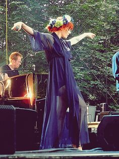 Florence Welch riding the vibes on stage Florence And The Machine, Florence The Machines, Florence Welch Style, Florence Welch Hair, Pretty People, Beautiful People, Beautiful Celebrities, Kunst Tattoos, Divas
