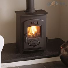 Small wood-burner for living room fireplace Small Fireplace, Stove Fireplace, Tiny Wood Stove, Small Wood Stoves, Best Wood Burning Stove, Stove Heater, Pellet Stove, Living Room Wood Floor, Living Rooms