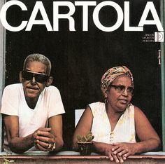 "A capa de ""Cartola II"" mostra o sambista ao lado da mulher, dona Zica, na sacada de casa, no Morro da Mangueira."