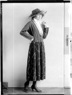 Description: Dame in einem Kostüm, von Eduard Josef Wimmer-Wisgrill entworfen: Rock mit Quetschfalten, Jackett, Bluse mit Kragen, einen Glockenhut mit Federn tragend Creator: Madame d'Ora, Atelier Date: 1920-09-14
