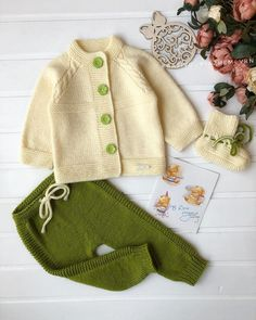 No photo description. Baby Boy Knitting Patterns, Baby Cardigan Knitting Pattern, Crochet Jacket, Diy Crafts Dress, Diy Crafts Crochet, Knitted Baby Clothes, Baby Kind, Kind Mode, Crochet Baby