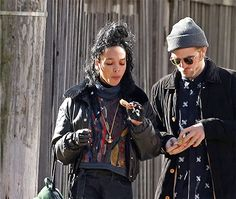 (Click pic for image)Rob and gf Tahliah GIF of them eating cookies. Vintage Hipster, Vintage Fashion, Fashion Books, Fashion Art, Fashion Beauty, Stylish Couple, Cute Comfy Outfits, Robert Pattinson, Celebrity Couples