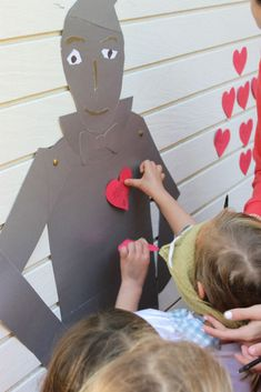 Pin the heart on the tin man. I wrote the kids names on little hearts and I watched them try not to cheat. Wizard of Oz Party, #homemademimi