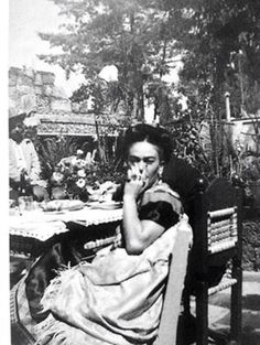 In the garden of Casa Azul. Frida E Diego, Frida Kahlo Diego Rivera, Frida Art, Mexican Artists, Popular Culture, Portrait, Outdoor Dining, Frida Paintings, People