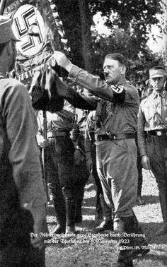 """""""Adolf Hitler mit Der Blutfahne"""""""