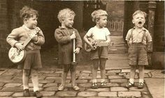 An early Mumford and Sons perhaps:) Vintage Pictures, Old Pictures, Vintage Images, Old Photos, Jolie Photo, Vintage Photographs, Beautiful Children, Vintage Children, Black And White Photography