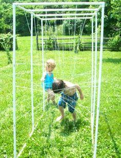 Garten Dusche selber machen PVC Rohr Kinder Spaß - actual directions on how to diy - Backyard Playground, Backyard For Kids, Backyard Games, Diy For Kids, Cool Stuff For Kids, Children Playground, Sprinklers, Piscina Diy, Kids Sprinkler