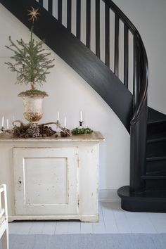 pretty and simple for Christmas but also love the painted dry sink and the black stairs. Black Stairs, Black Railing, Interior And Exterior, Interior Design, Banisters, Railings, Stairway To Heaven, Staircase Design, Staircase Ideas