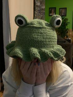 Crochet Frog, Kawaii Crochet, Cute Crochet, Knit Crochet, Diy Crochet Projects, Crochet Crafts, Sewing Stitches, Crochet Stitches, Crochet Designs