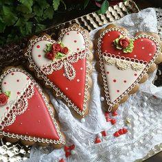 #gingerbreadart #keepsake ##gingerbread #gifts #decoratedcookies #sugarart #intricatelyhandpipedcookies #designercookies #customcookies #cookieart #edibleart #cookie #sugarart #mothersday #valentine #valentine cookies #hearts #lace #roses