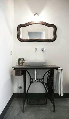 Une Singer en guise de lavabo, salle de bain, detournement d'objet