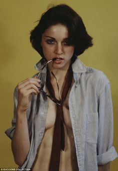 Before Madonna was famous, she posed nude for art classes and did a few nude photoshoots. Aged while Madonna was a dance student at University of Michig Rare Photos, Madonna Young, Madonna In The 80s, Madona, Madonna Pictures, Material Girls, Female Singers, Celebs, Madonna 80s
