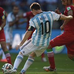 Messi está metiendo un gol para Argentina. El partido es la Copa Mundial. Messi es un jugador muy talentoso.