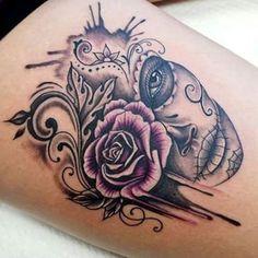 skull tattoos badass + Body Art + skull tattoos for women , skull tattoos for men , small skull tattoos , skull tattoos thig Small Skull Tattoo, Skull Girl Tattoo, Sugar Skull Tattoos, Tattoo Girls, Girl Tattoos, Tattoos For Guys, Tattoos For Women, Tatoos, Tattoo Women