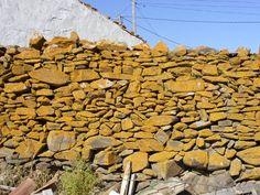 Taipa. Técnica manual de construção onde as pedras irregulares preenchem o quebra-cabeças auto-portante.