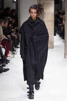 Yohji Yamamoto unveiled his Fall/Winter 2017 collection during Paris Fashion Week. Monochrome Fashion, Dark Fashion, Unique Fashion, Minimalist Fashion, Mens Fashion, Anti Fashion, Vogue Paris, Yoji Yamamoto, Black Wardrobe