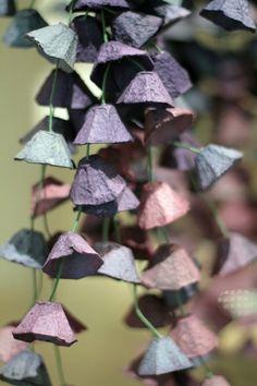 Guirlande réalisé avec des boites d'oeufs découpées et peintes